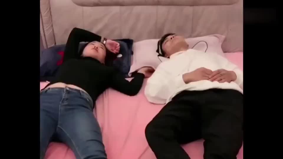 女友晚上睡觉不老实,男子却想到了妙招,就是有些不安全!