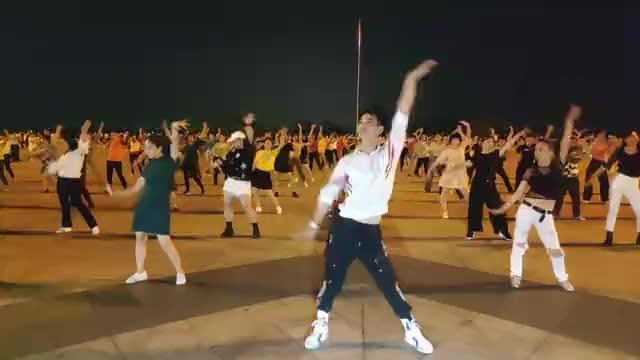 广场舞《逐梦天涯》动感活力,超火节奏跳起来真好看