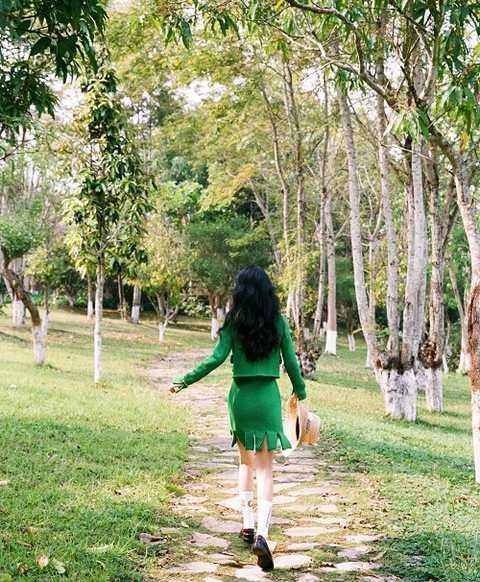 赵丽颖离婚后首次营业,状态回春似少女,穿绿色短裙,笑容迷人