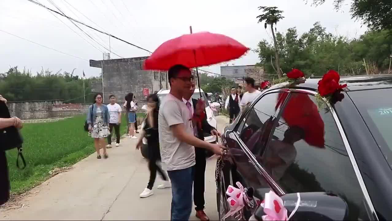 广西农村一小伙结婚,新娘到家了,酒席办得真不错