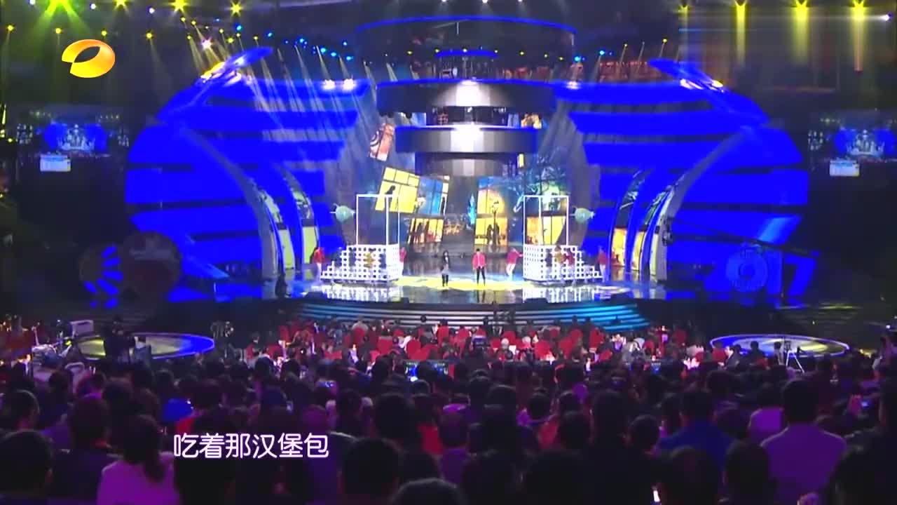 周笔畅演唱《纽约的司机驾着北京的梦》,歌名很奇怪,听完就明白