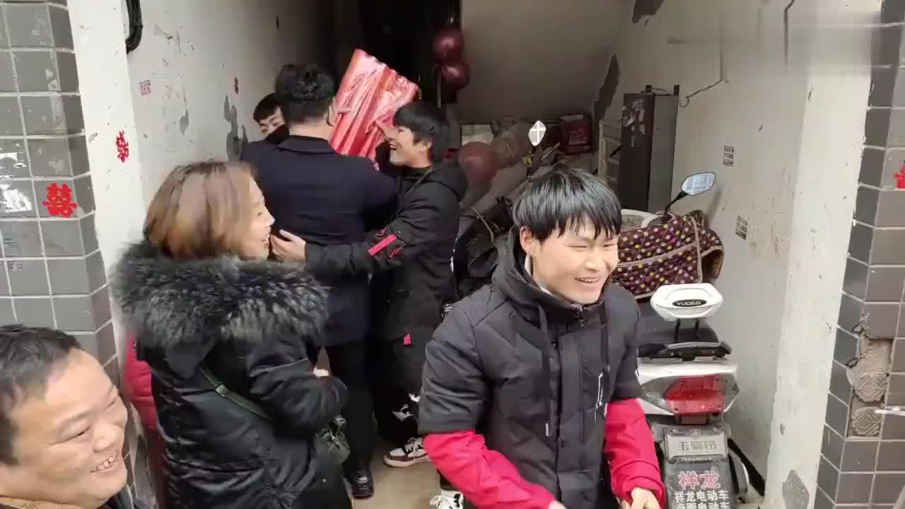 贵州土豪在农村结婚,接亲人吃两次酒席,新郎被戏弄惨了