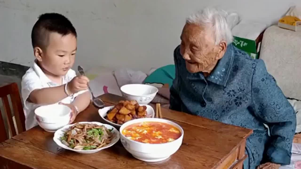 奶奶来到家里做客,这熊孩子就开始装懂事呢,你可以去当演员了!
