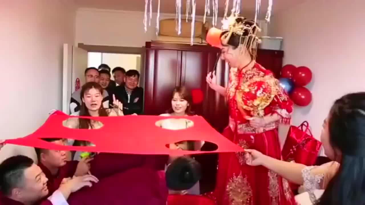 接亲小游戏正在进行中,新娘子打地鼠玩得过瘾