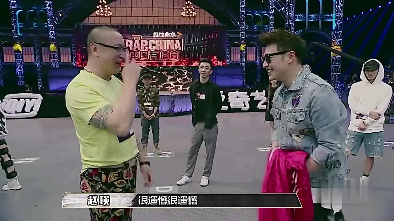 中国有嘻哈:周围热火朝天的比赛,独自另类坐在场中的是谁?