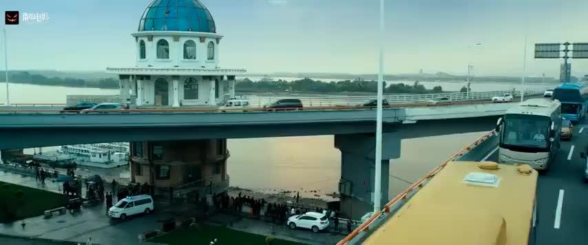 嫌疑人x的献身:大桥下发现一具死尸,死相极惨,刑警看了都想吐