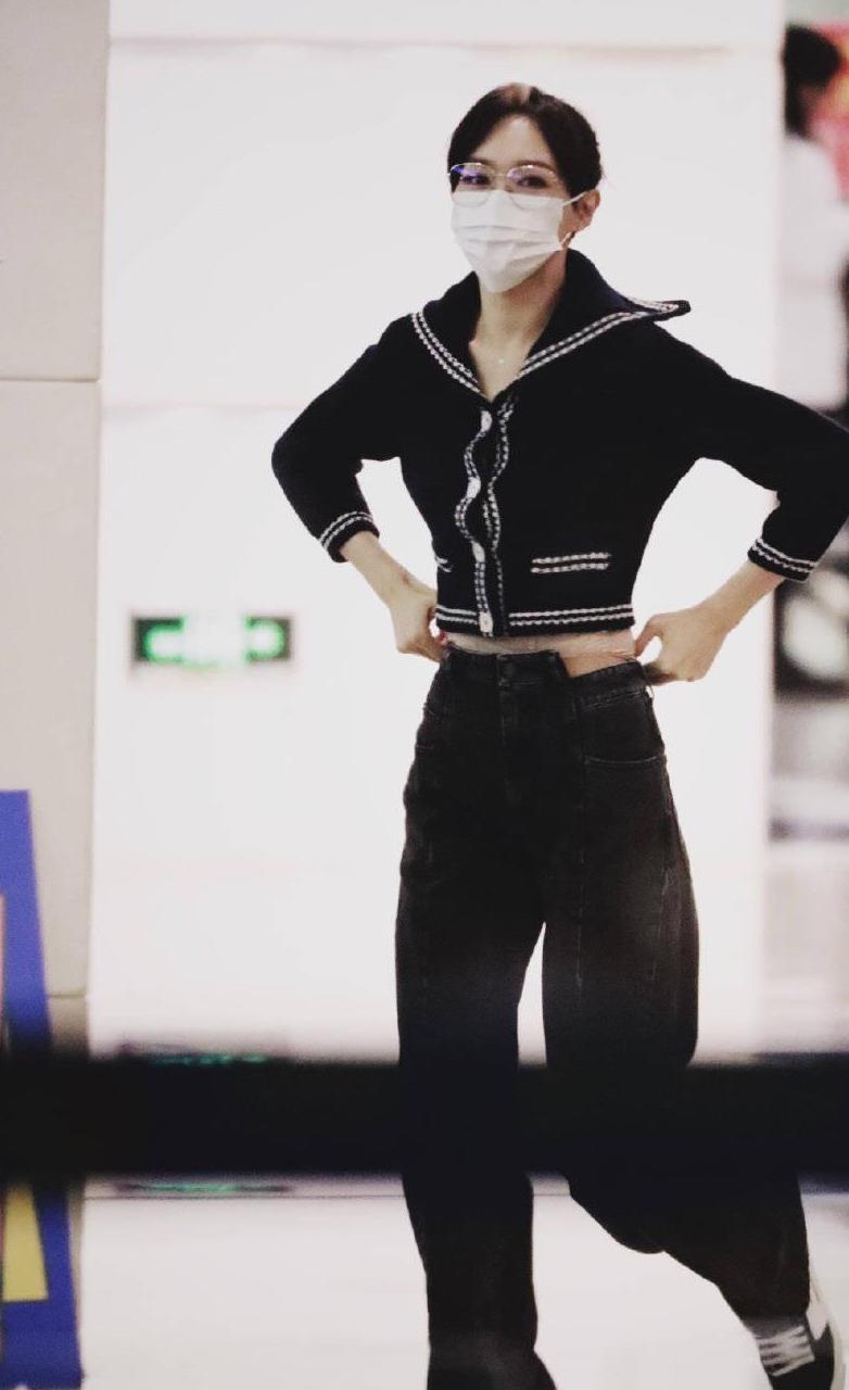唐嫣下班私服曝光,短款开衫搭配高腰牛仔裤,大方秀长腿
