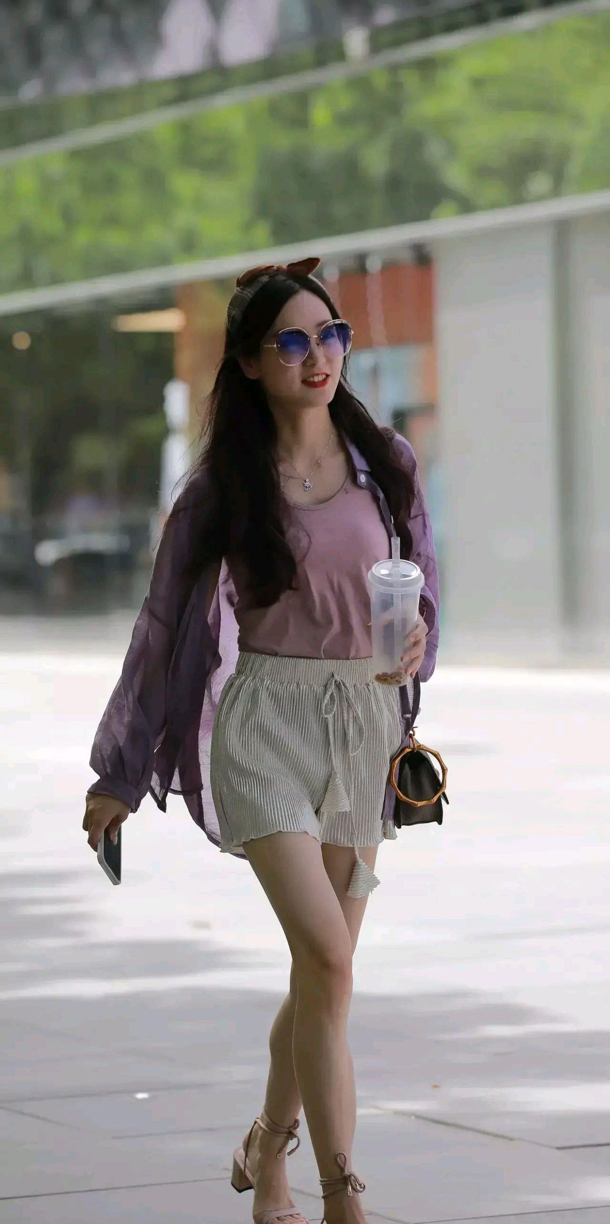 紫色防晒衣内搭打底衫,再穿一条针织短裤,气质优雅怡人