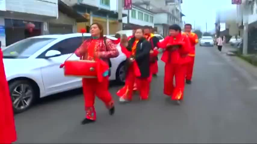 贵州农村一小伙结婚,新娘到家了,正在拜堂成亲