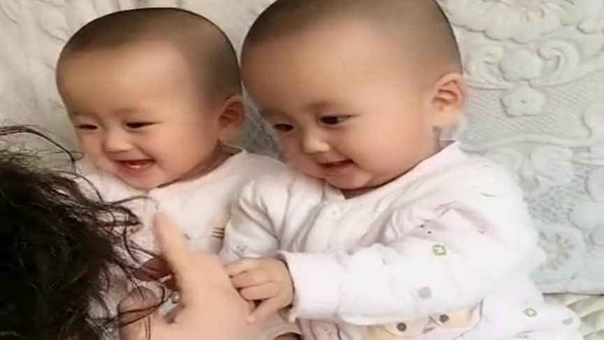 自从生了双胞胎,姥姥都是这样哄孩子,看完真叫人暖心!