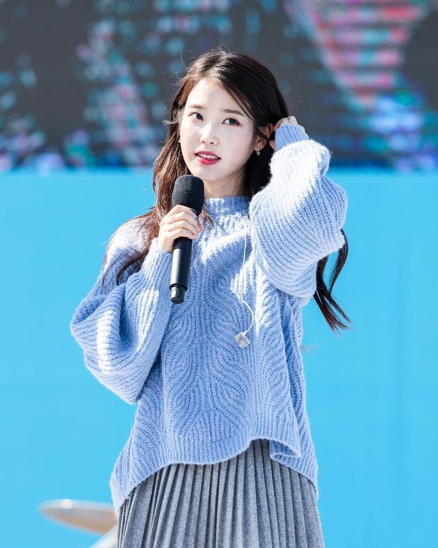 """IU李智恩穿""""静谧蓝""""毛衣,配灰色百褶裙,纤细腿型吸睛"""
