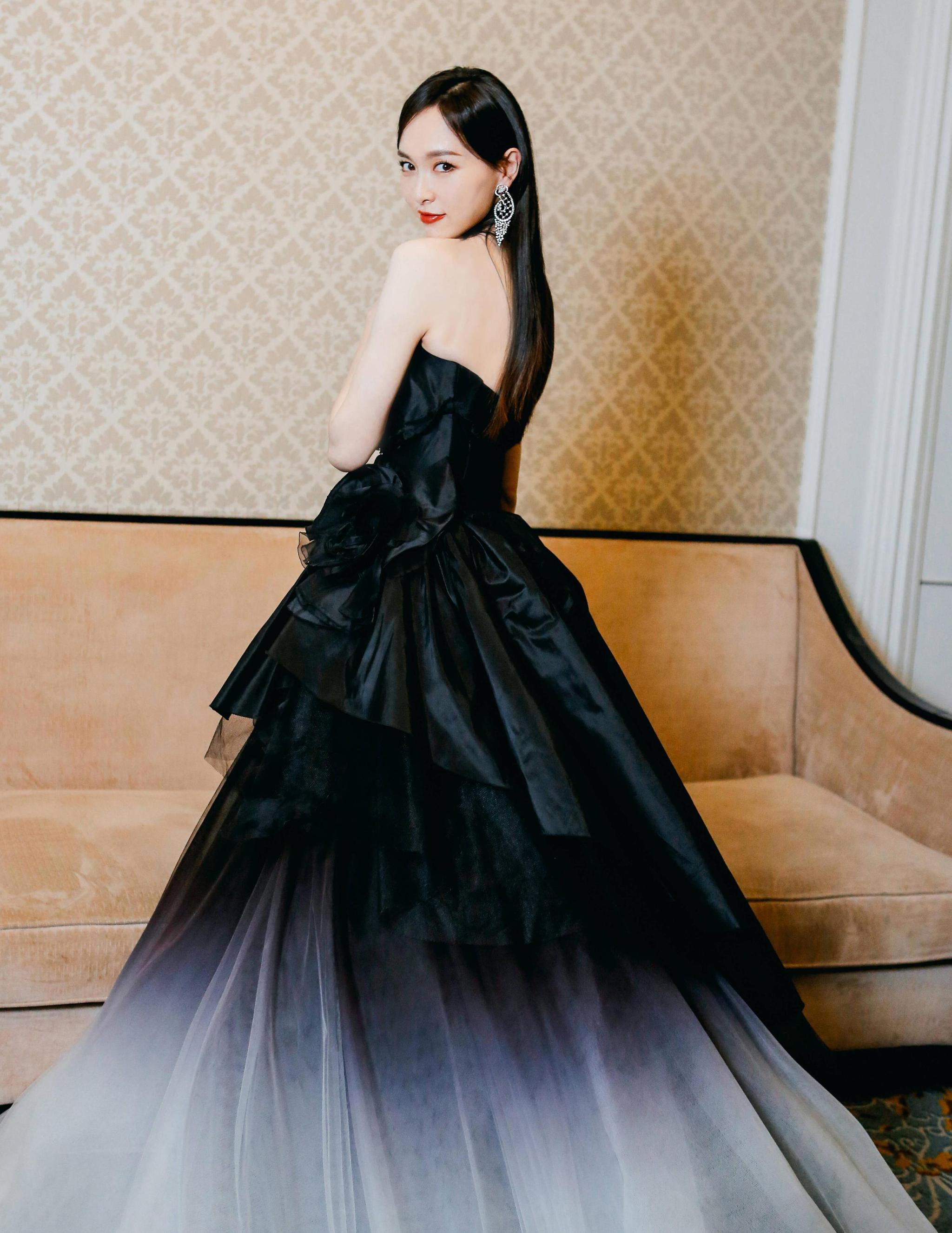 唐嫣甜美风造型太美了,一袭水墨天鹅公主裙,变身俏丽佳人