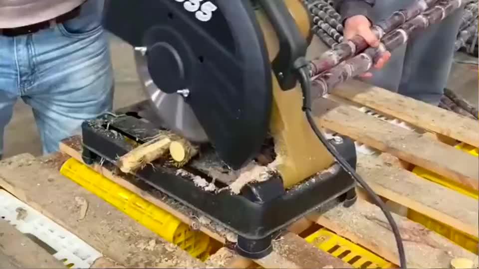 师傅为了图方便,切甘蔗都上机器了