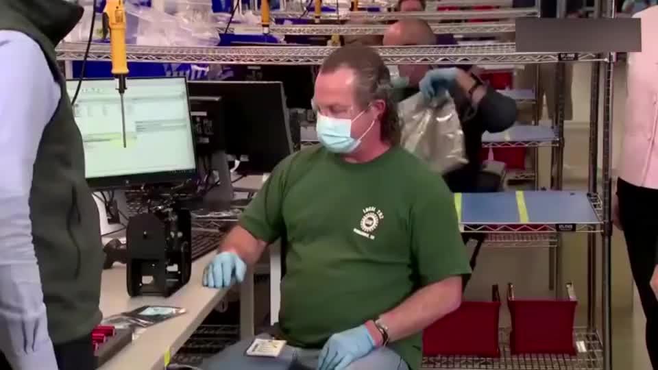 美国副总统彭斯视察呼吸机工厂,这次戴口罩了!