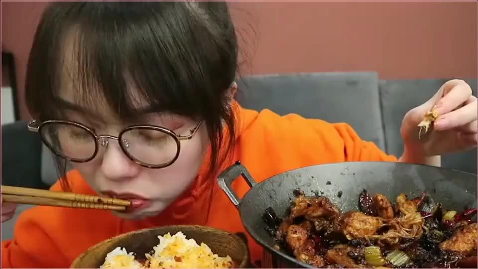 小仙女吃美食真是香,还嘬着味道,肯定超好吃
