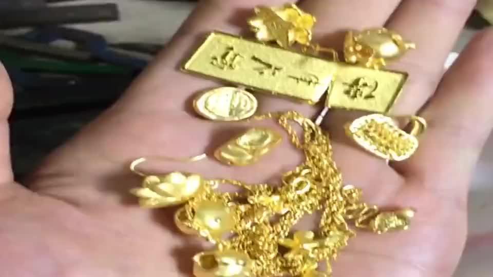 应客户要求,把这些首饰融了,锻打一只黄金陨石坑戒指