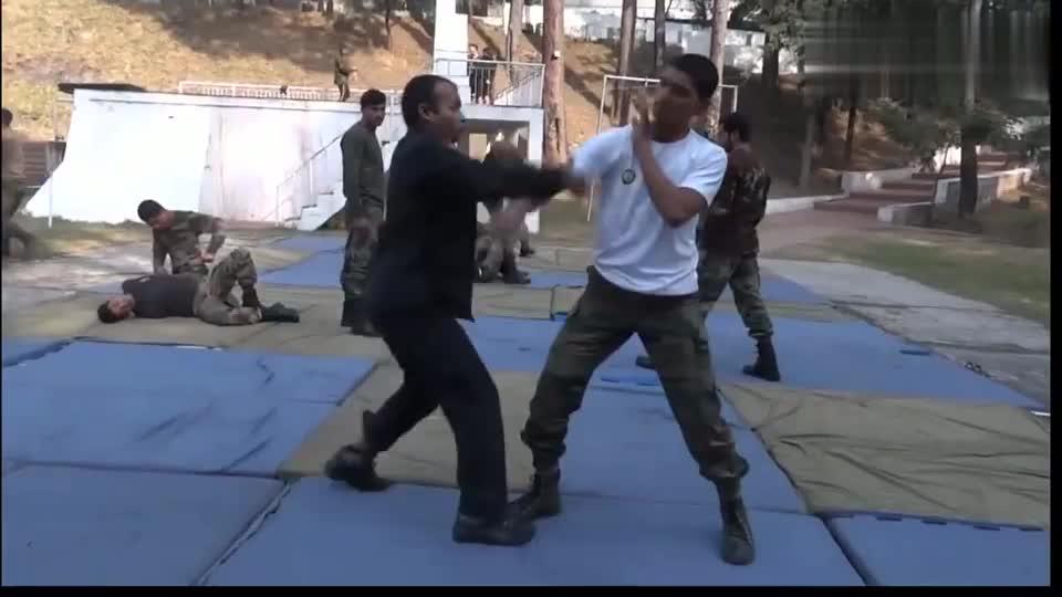 印度特种兵展示近身擒拿格斗