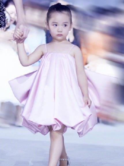 """有种""""星二代""""叫董璇女儿,3岁半身上无一名牌,气场不输大明星"""