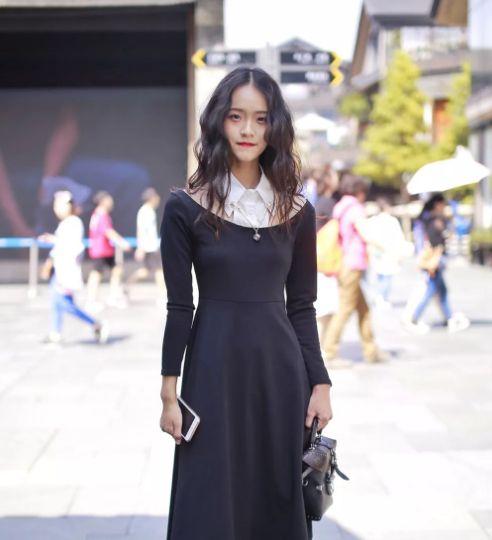 路人街拍:图一小姐姐长相甜美,身穿黑色连衣裙,时尚又气质!