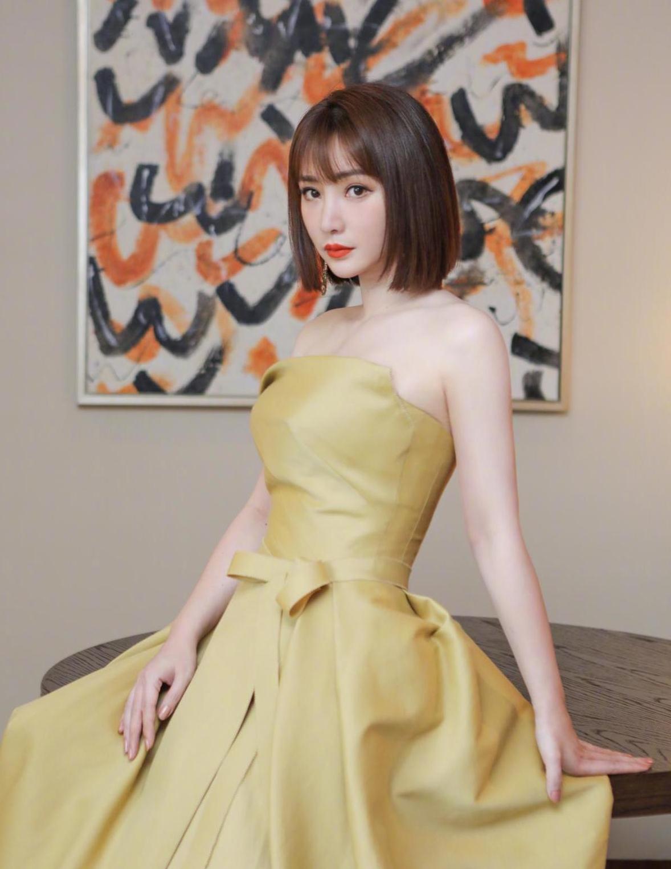 柳岩剪了波波头太减龄,穿淡金色抹胸连衣裙高贵大方,气质更高级