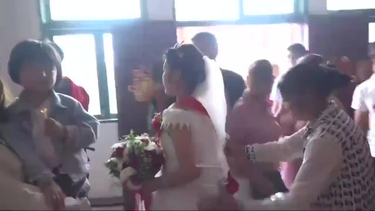 贵州农村一对新人结婚,正在拜堂成亲,新娘怀孕好几个月了