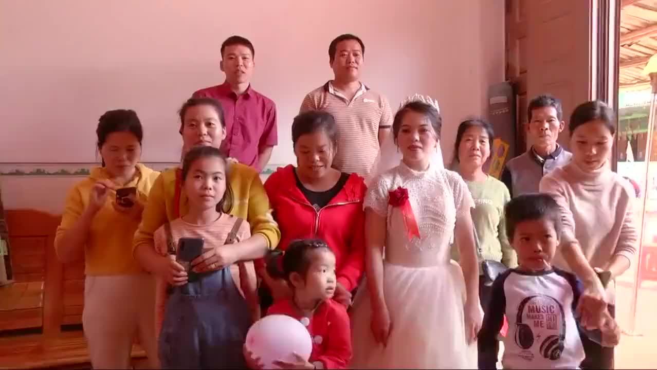 广西农村一姑娘出嫁,拜别祖屋出门了,配的这首歌曲很好听