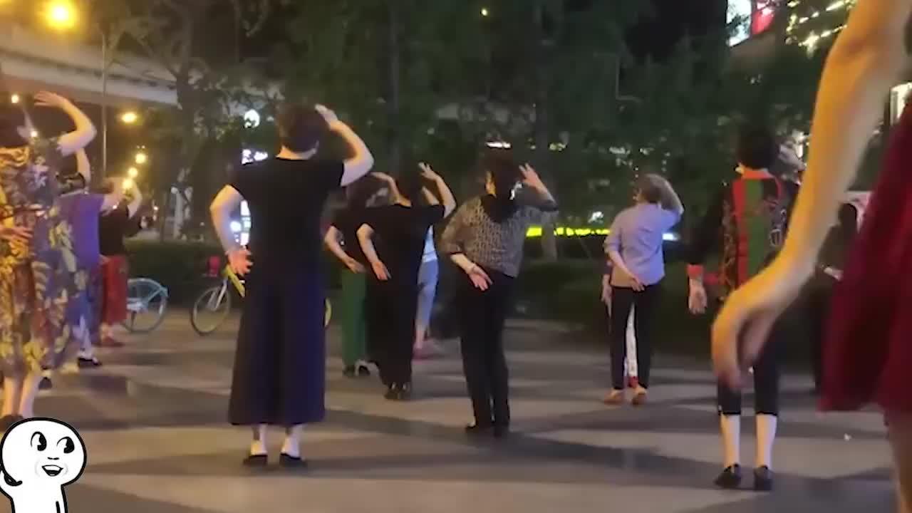 爆笑:大妈的腿又细又长,这还是我讨厌的广场舞吗
