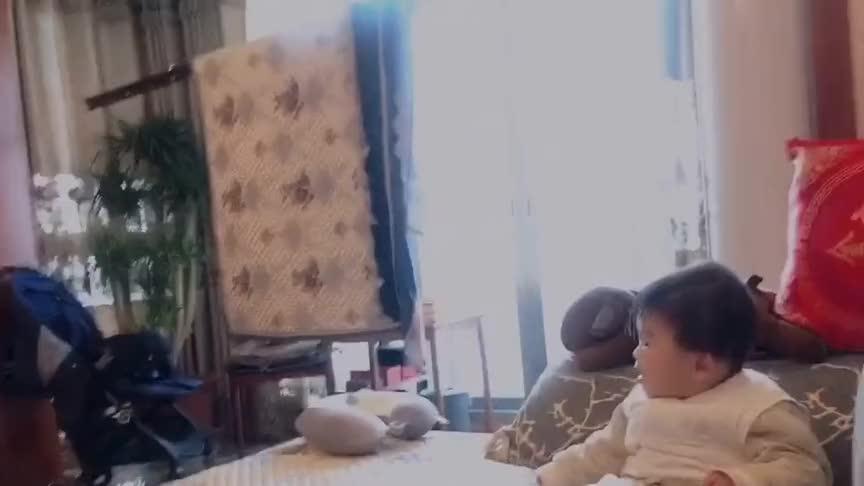 爸爸在小宝宝面前跳舞,宝宝一脸不屑的表情,简直太逗了!