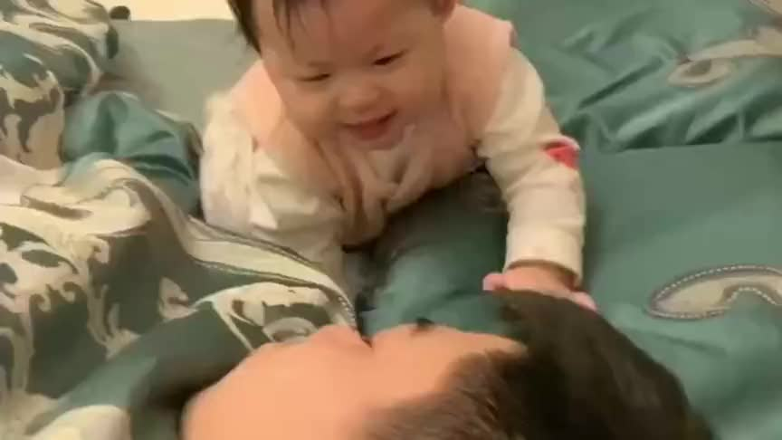爸爸真可怜,睡觉中被小宝宝各种亲,这觉都睡不好了!