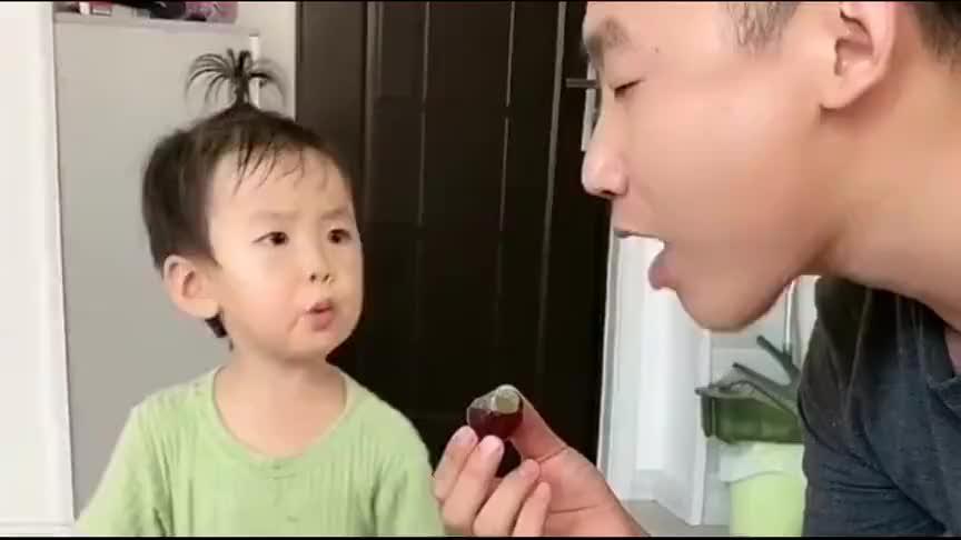 爸爸只顾自己吃,要三岁宝宝拖地!惹来宝宝一顿怒怼!