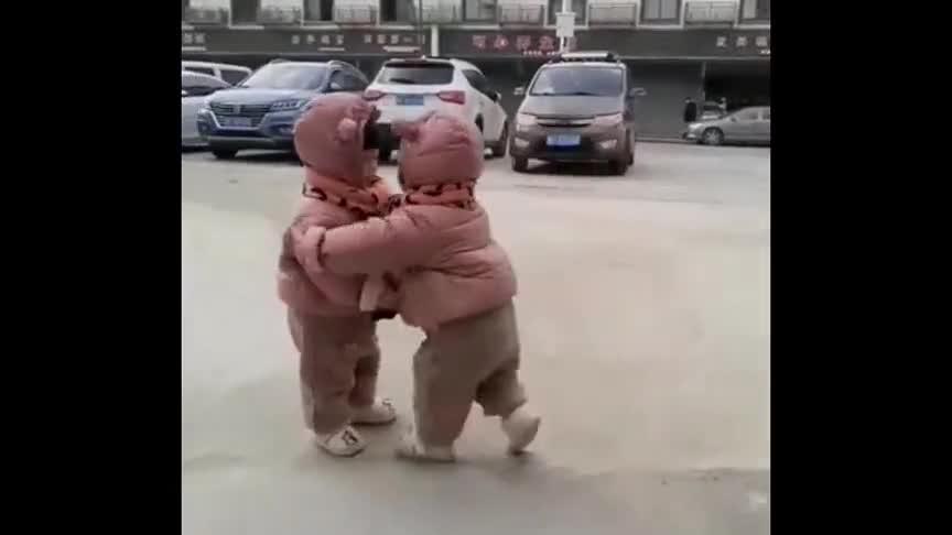 自从生了对双胞胎,一出来溜达就成这样子,真是两个小祖宗!