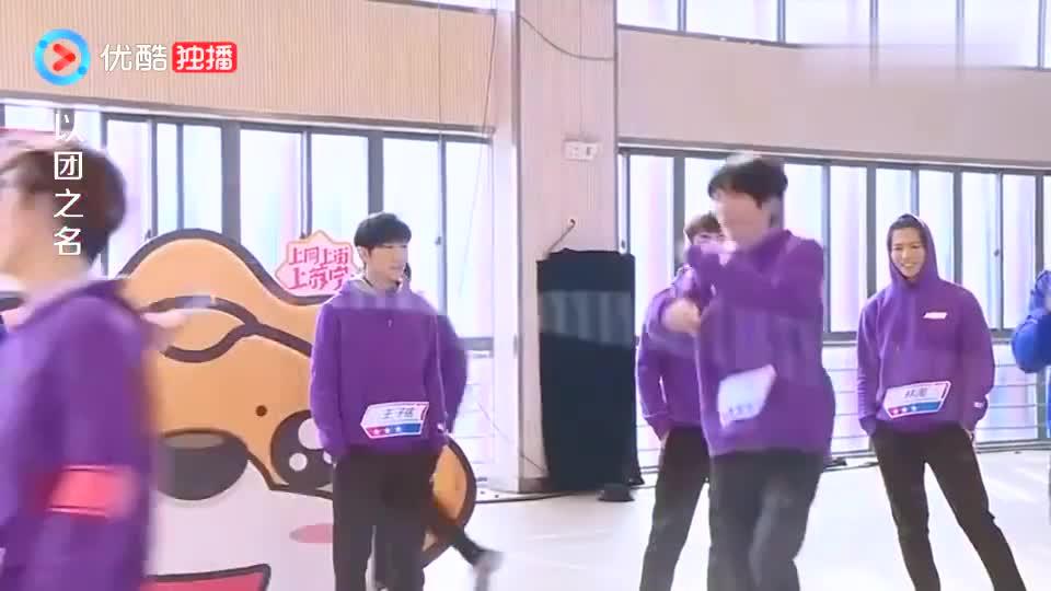 以团之名:赵品霖小哥哥手把手教全班跳绳,真是太暖了,心动!