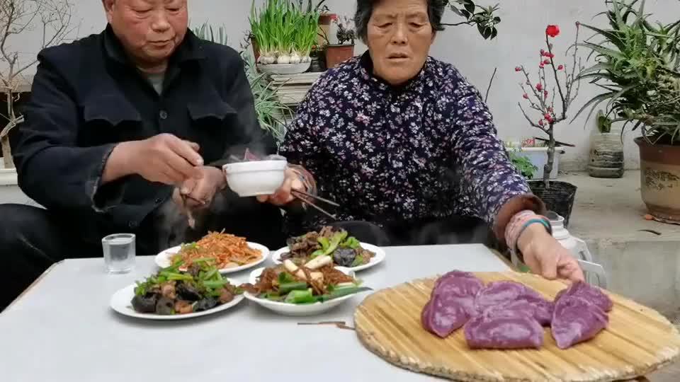 农村老人吃饭不将就,紫薯包子配四个菜,这生活真是让人羡慕