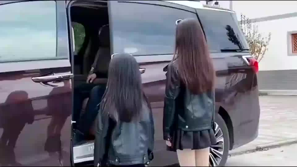 爸爸出差回家,小情人用跳舞的方式迎接,这画面让人感动!