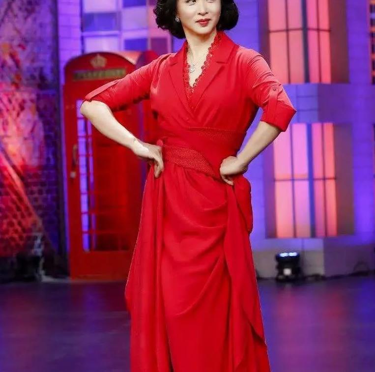 五十岁朝上的女人想要穿出高级感,金星的复古长裙值得借鉴