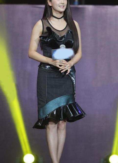 张雨绮真有颜任性,微胖身材挑战紧身小礼裙,视觉冲击效果太强烈