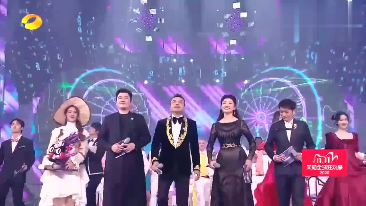 天猫双11开幕盛典,52岁周涛惊艳亮相主站C位,尽显熟女好气质!