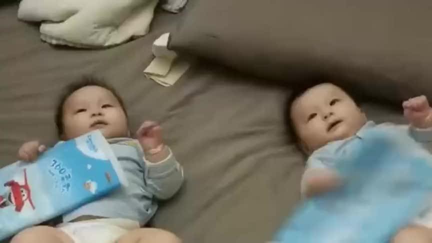 双胞胎萌娃在床上玩嗨了,哥哥接下来的叫声好逗,简直太搞笑了!