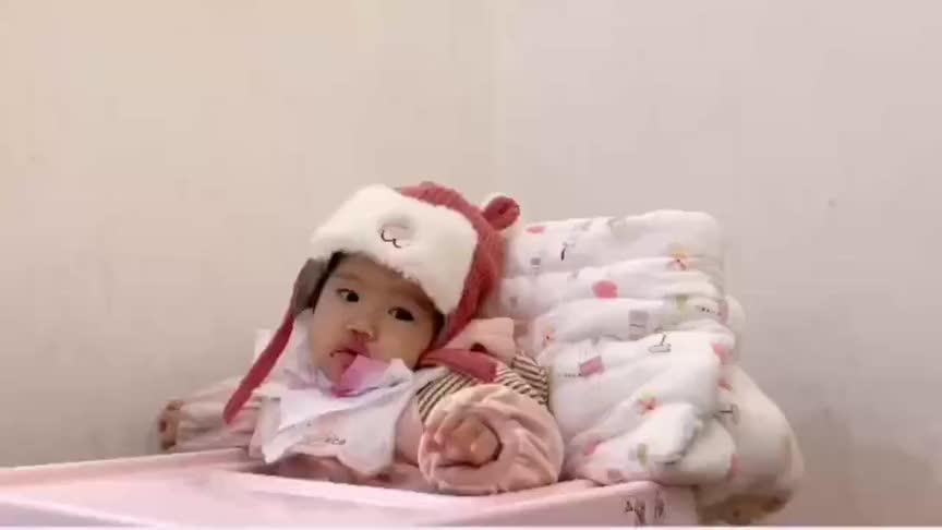 小宝宝第一次会叫妈妈了,嘟起小嘴的样子好可爱,简直要萌翻了!