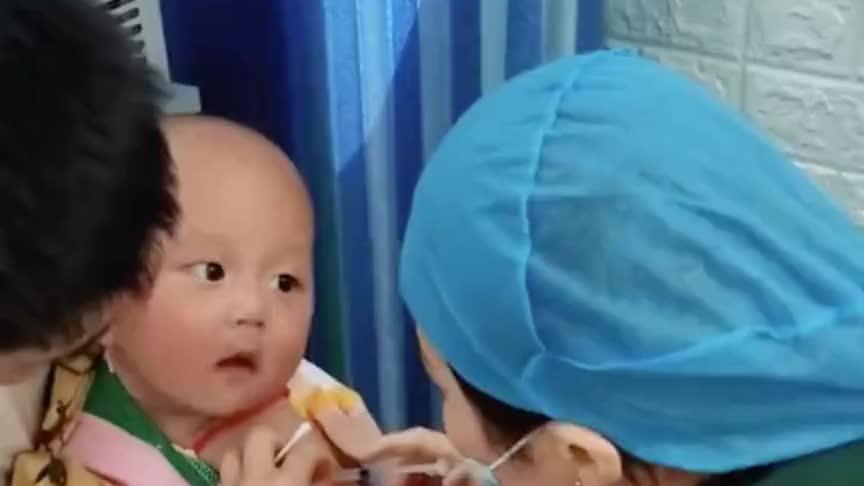 小宝宝打针的时候,居然是这样的表情,把医生吓了一跳!