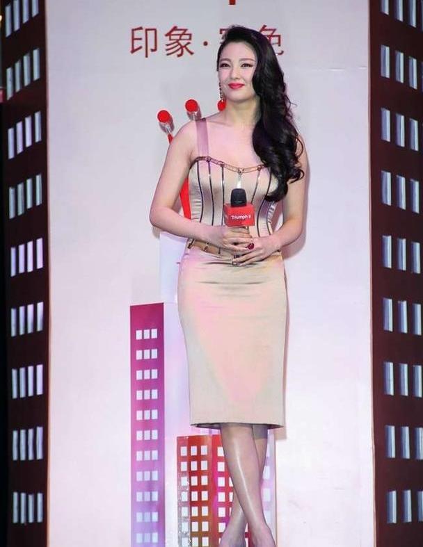 张雨绮真是太适合复古造型了,裙子裹身上显曲线,微胖的比例真美