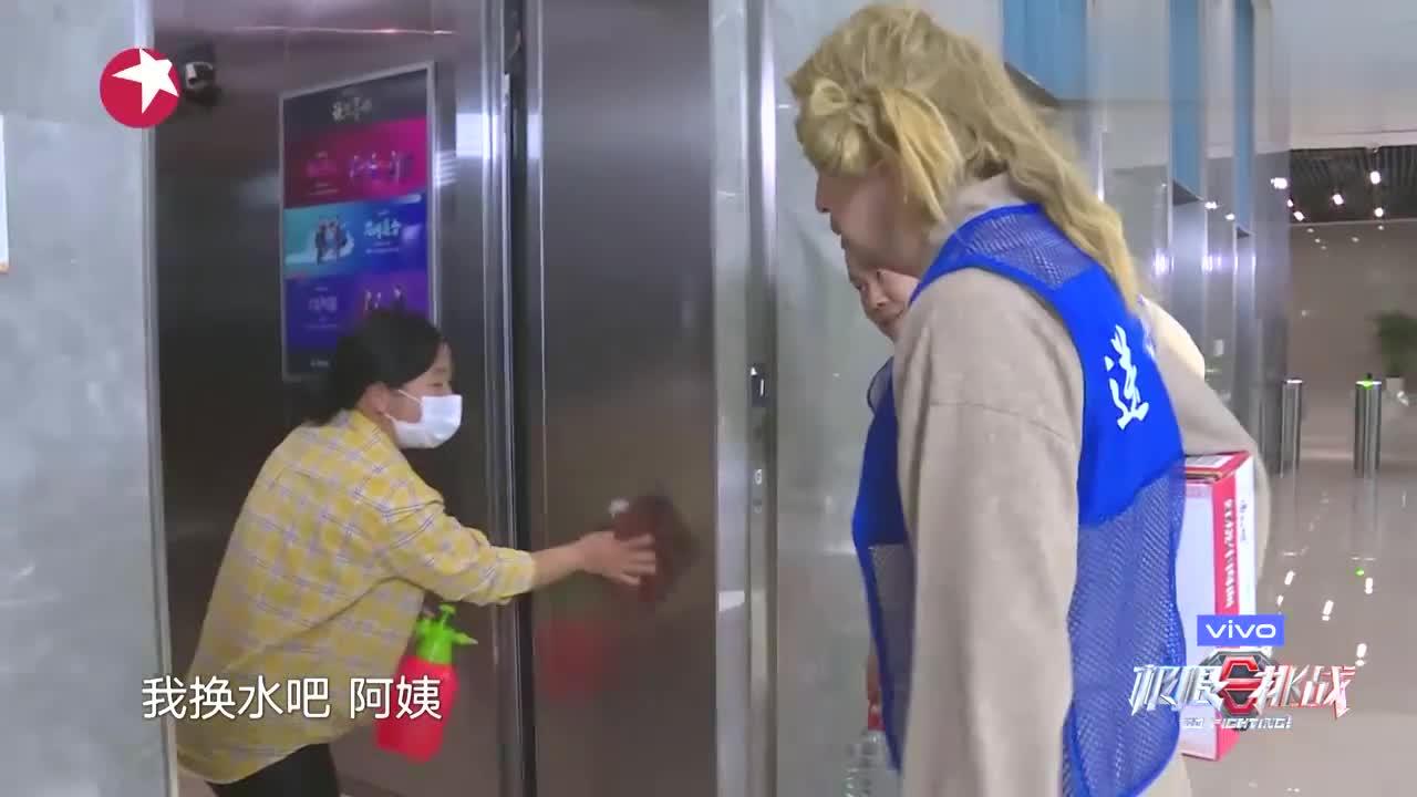 """极限挑战:岳云鹏惨遭保洁阿姨嫌弃,""""这么大个叫小岳岳?"""""""