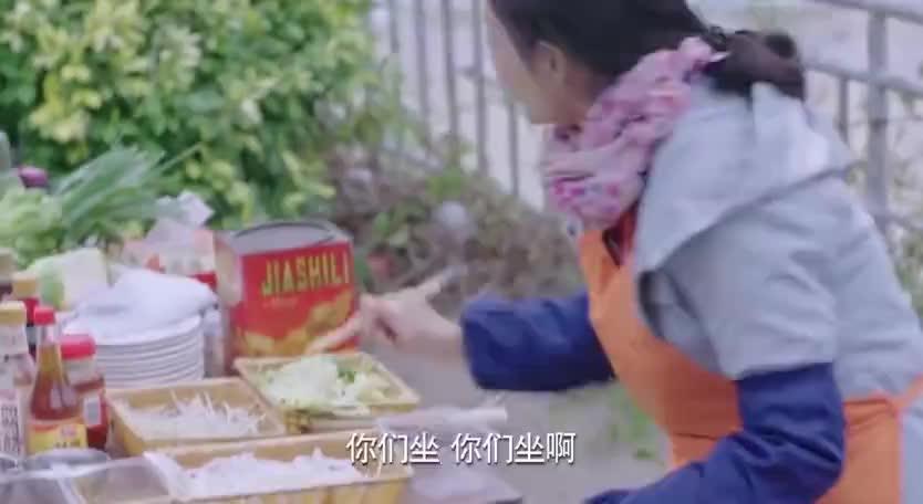 女子在路边摊卖炒河粉,厨师长路过一时技痒,帮女子大赚了一笔