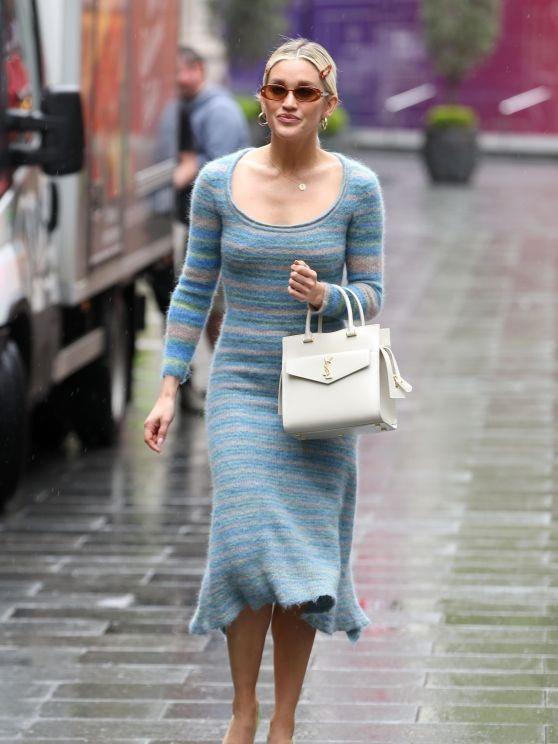 阿什莉·罗伯茨穿蓝色宽领连身裙时尚靓丽,雨天获粉丝撑伞很开心