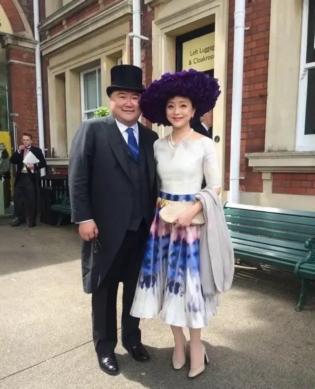 杨澜穿渐变色连衣裙戴礼帽,同框外国美女气质高级,给中国人长脸