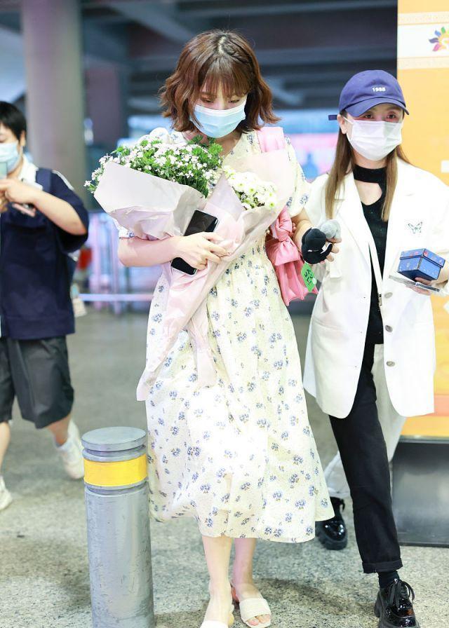 李艺彤穿白色碎花裙背着粉色包包,手捧鲜花太迷人,像个小公主