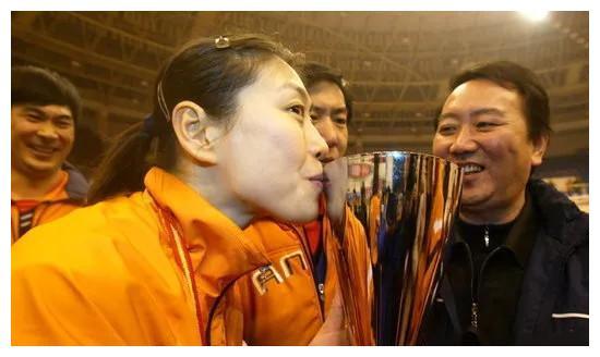 她是天津女排崛起的功臣,王寶泉也對她感激不盡,如今旅居海外