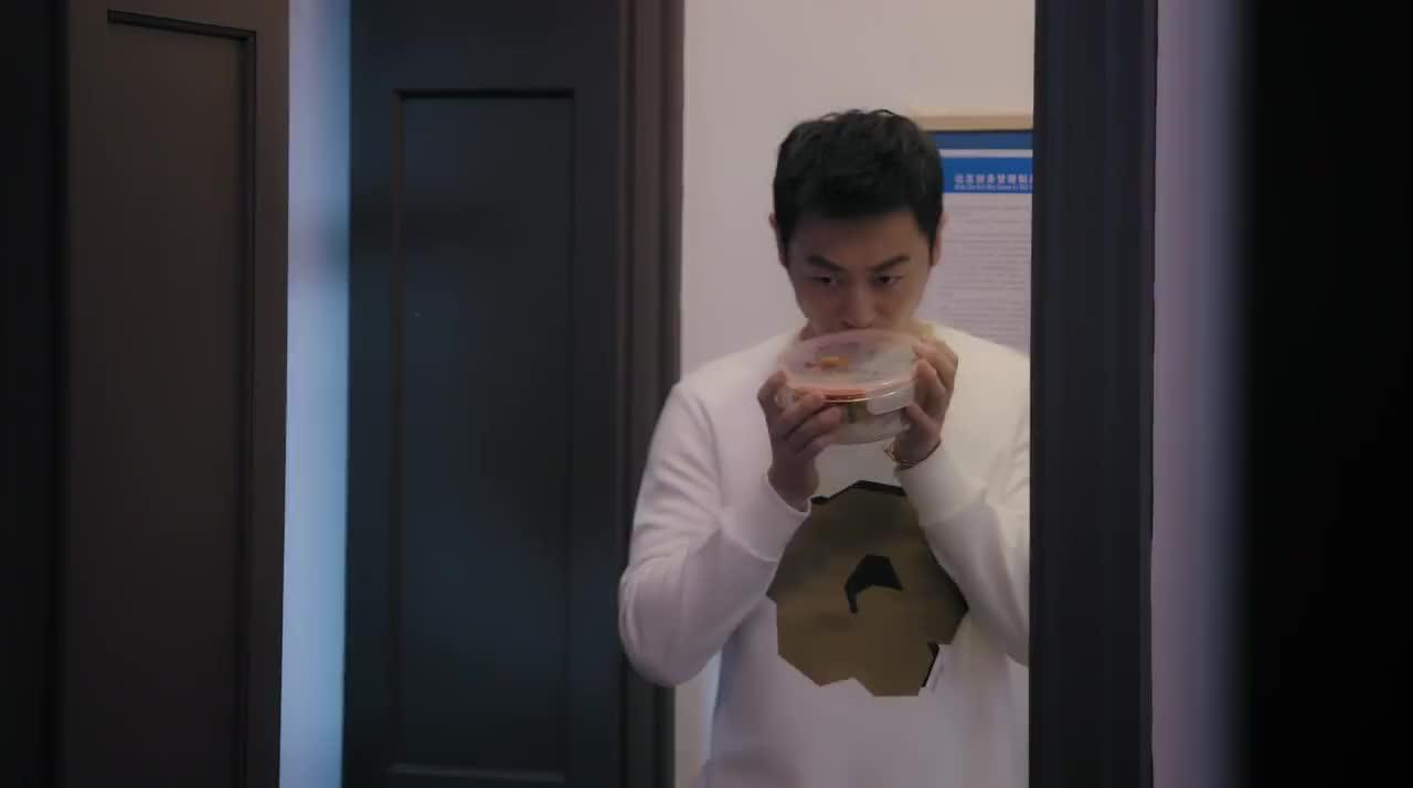 漂洋过海:郑楚偷偷给苏芒食物,没想到妈妈的一个眼神,改变主意