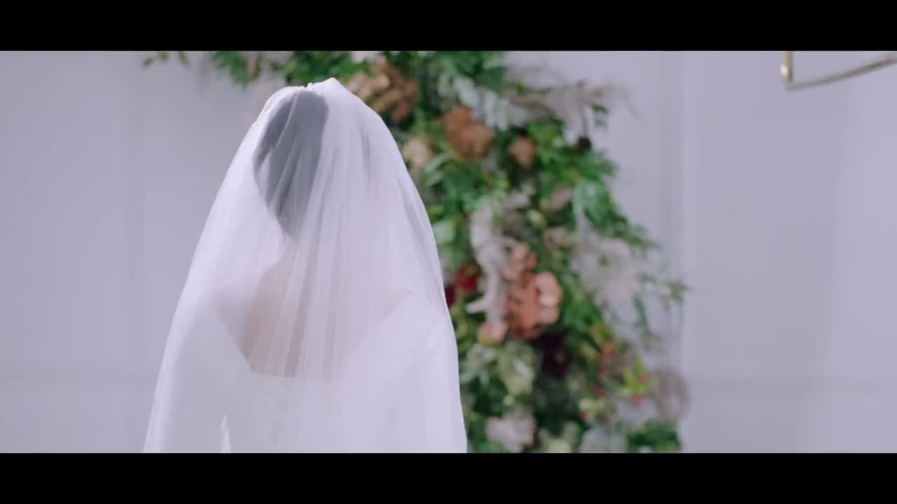 米佧试穿婚纱出来,邢克垒眼睛都看直了。 我后悔了……