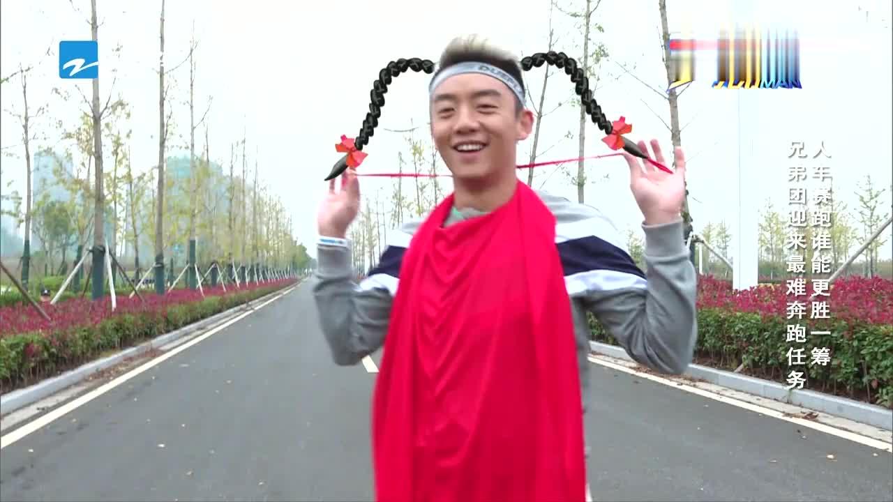 邓超穿红斗篷穿出新花样,披风变成头巾,这造型也是没谁了